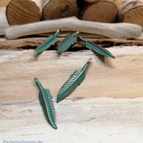 2 Große Ketten Anhänger Blatt/Feder  in bronze antik Patina grün