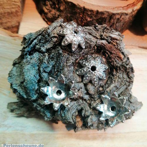 8 Metall Perlenkappen Blumenform 15 mm silber antik