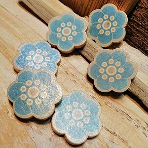 5 große Holzperlen Blume blaugrau 30 mm
