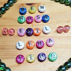 20 Buchstabenperlen Perlmutteffekt rund flach Kinderperlen 10 mm
