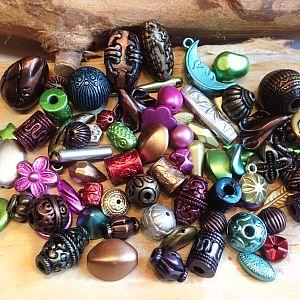 Spacer-Perlenset 50 bunte Perlen und Anhänger 10 - 30 mm