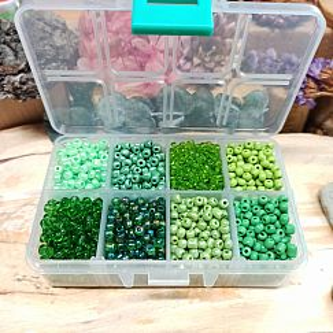 225 g Box mit 1900 Glasperlen Rocailles grüntöniger Mix 3-4 mm