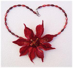 kurze Halskette Perlmuttperlen und Filzblüte